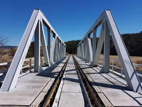 Kovový most