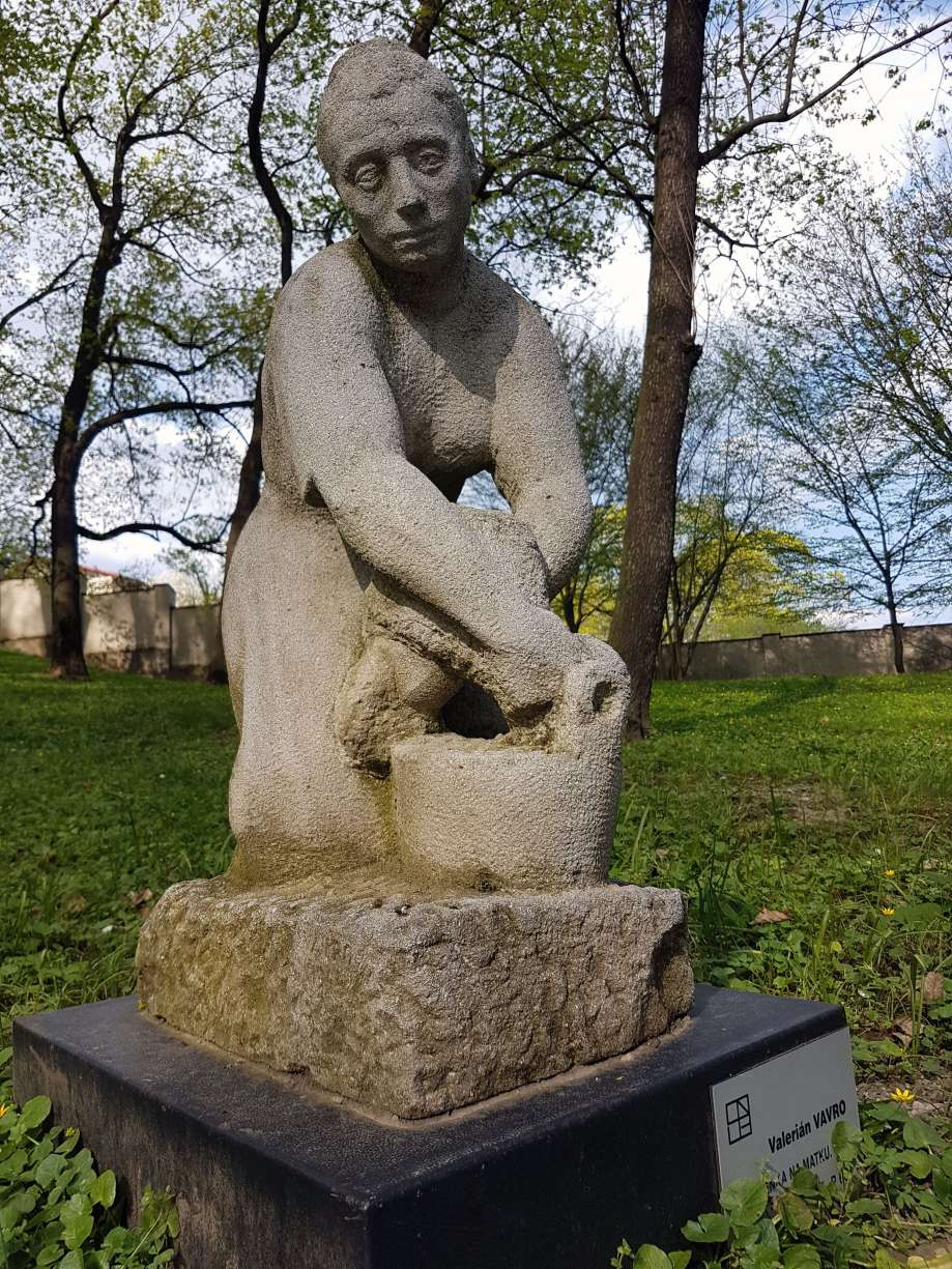 socha-Spomienka na matku
