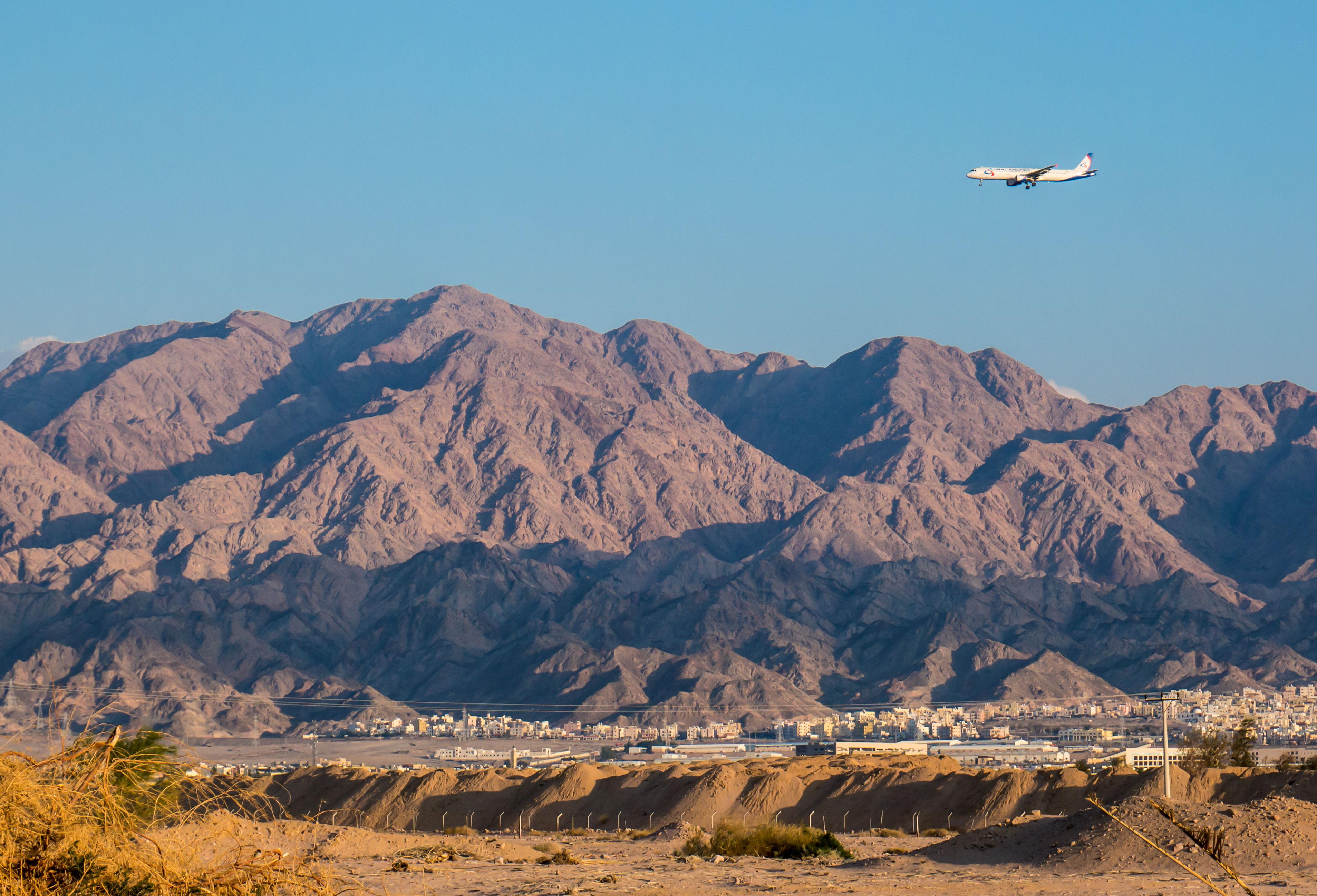 Jordánska krajina s lietadlom v pozadí