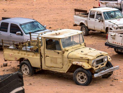 Staré auto na púšti v Jordánsku