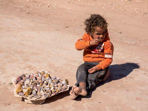 Beduínsky chlapec predávajúci suveníry