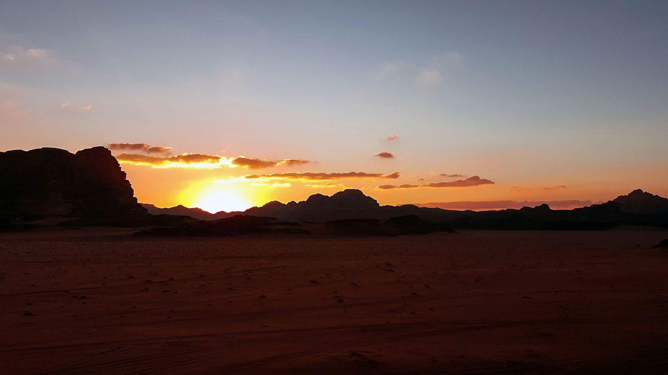 Západ slnka na púšti Wadi Rum