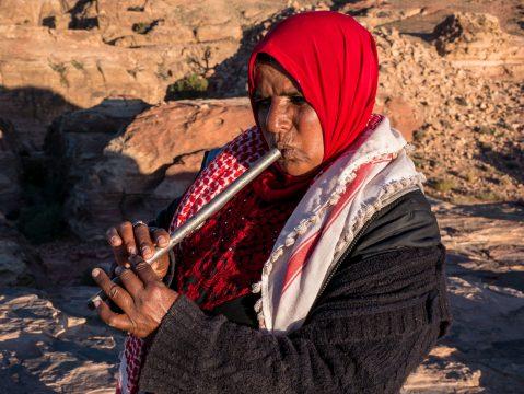 Jordánska beduínka s píšťalkou