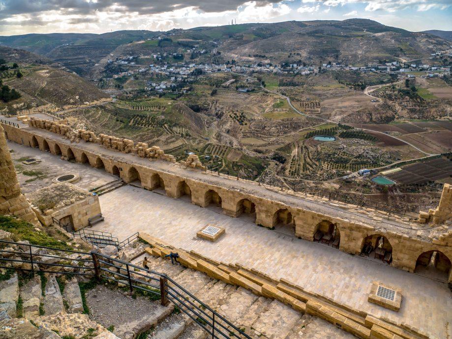 Stredoveký hrad s výhľadom na údolie Jordánu
