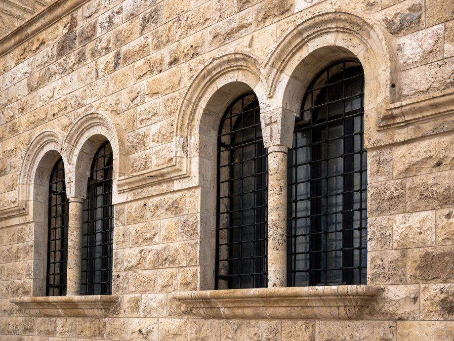 Klenuté kamenné okná