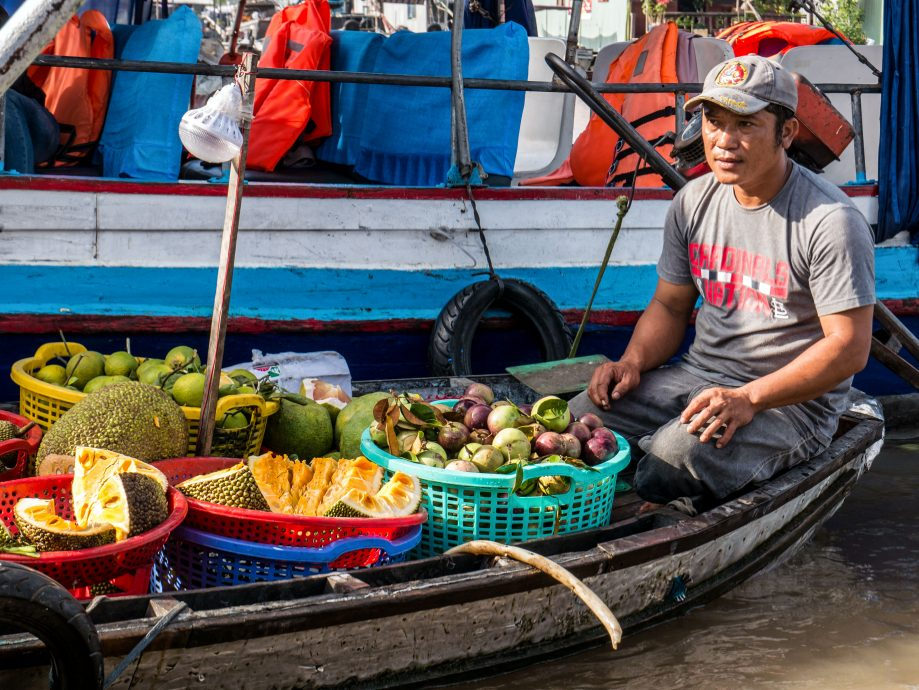 Predajca ovocia na člne